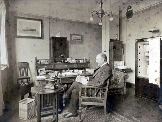 Bernard in zijn Amsterdamse kantoor aan het Singel omstreeks 1924/1925