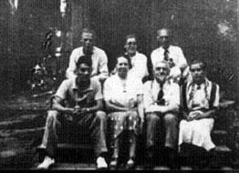 Wijnkoop, onderste rij, tweede van rechts in een Datsja bij Moskou in 1938.