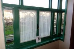 het raam waar Anne uit kijkt op het filmpje van de bruiloft