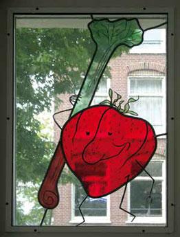 Arthur en Yvonne Zuijderhoudt lieten vele van de vrolijke groente- en fruittekeningen uit het Margriet Kookboek uitvergroten en ingekleurd in glas en lood zetten voor hun groothandel in groente en fruit in de Fannius Scholtenstraat .