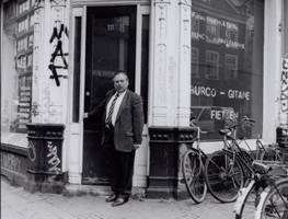 A. Wijnschenk voor zijn winkel, april 2000. bron: beeldbank Amsterdam