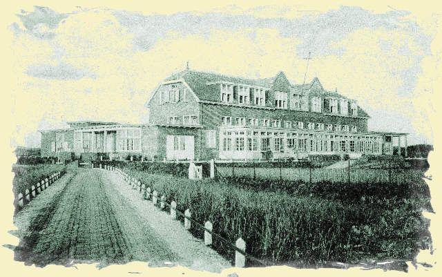 De ingang naar de Clarastichting liep daar waar nu de ingang vanaf de Kostverlorenstraat naar de Max Euwestraat loopt, naast het huidige Spalier