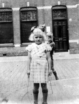 Irene Kat, geblondeerd in onderduik, in Haarlem.