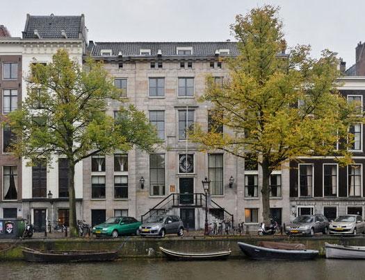 foto links: Het monumentale pand met stoep is (v.r.n.l.) Keizersgracht 730, 732 en 734. Familie Le Grand woonde in het rechterdeel, nummer 730.