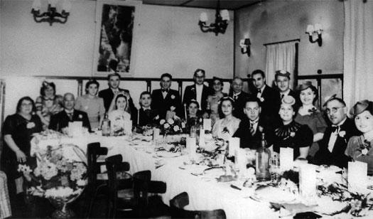 Het bruidspaar, gezeten aan de kop van de tafel, is Helena (Lena) Brilleman (1907-1992) en Levie (Lou) Peereboom (1913-1941). Verder bestaat het gezelschap (vlnr) uit: Vrouwje (Flora) Peereboom-Sacksionie (1886-1943), onbekend, Jozeph Peereboom (1880-1943), Anna (Ans) Peereboom-Prins (1913-1942), Marcus (Max) Peereboom (1911-1942), Max Brilleman (1917-1984), Elizabeth Brilleman-Nordheim (1873-1953), Nathan (Nico) Gerritse (1912-1941), Louisa (Loes) Gerritse-Peereboom (1914-1943), Liesbeth Brilleman (1928), Levie Brilleman (1873-1940), Juda (Jules) Brilleman (1903-1995), Simon Peereboom (1923-2003), Isaäc Witjas (1911-1943), Sophie (Fie) Brilleman-Soesan (1905-1966), Marianne Brilleman (1904-1988), Barend Soesan (1903-1977) en Naatje Soesan-Brilleman (1905-1995).