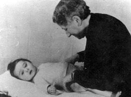 """Henriette Henriques - Pimentel verzorgt Koenraad-Huib Gezang (Remi). Koenraad kwam op 30 oktober 1942 in de creche zonder ouders of identificatiepapieren (nadat hij te vondeling gelegd was in Bloemendaal, op Duinwijckweg 1) en werd Remi (van Duinwijck) genoemd naar het weeskind uit """"Alleen op de Wereld"""" van Hector Mallot. Remi werd de lieveling van zowel de verzorgsters als van de bezetter. Naar verhalen uit die tijd kwamen SS-ers speciaal naar Remi kijken en met hem spelen. In de film """"Süskind"""" (fuworks, jan 2012) wordt het verhaal over Remi ook kort belicht."""