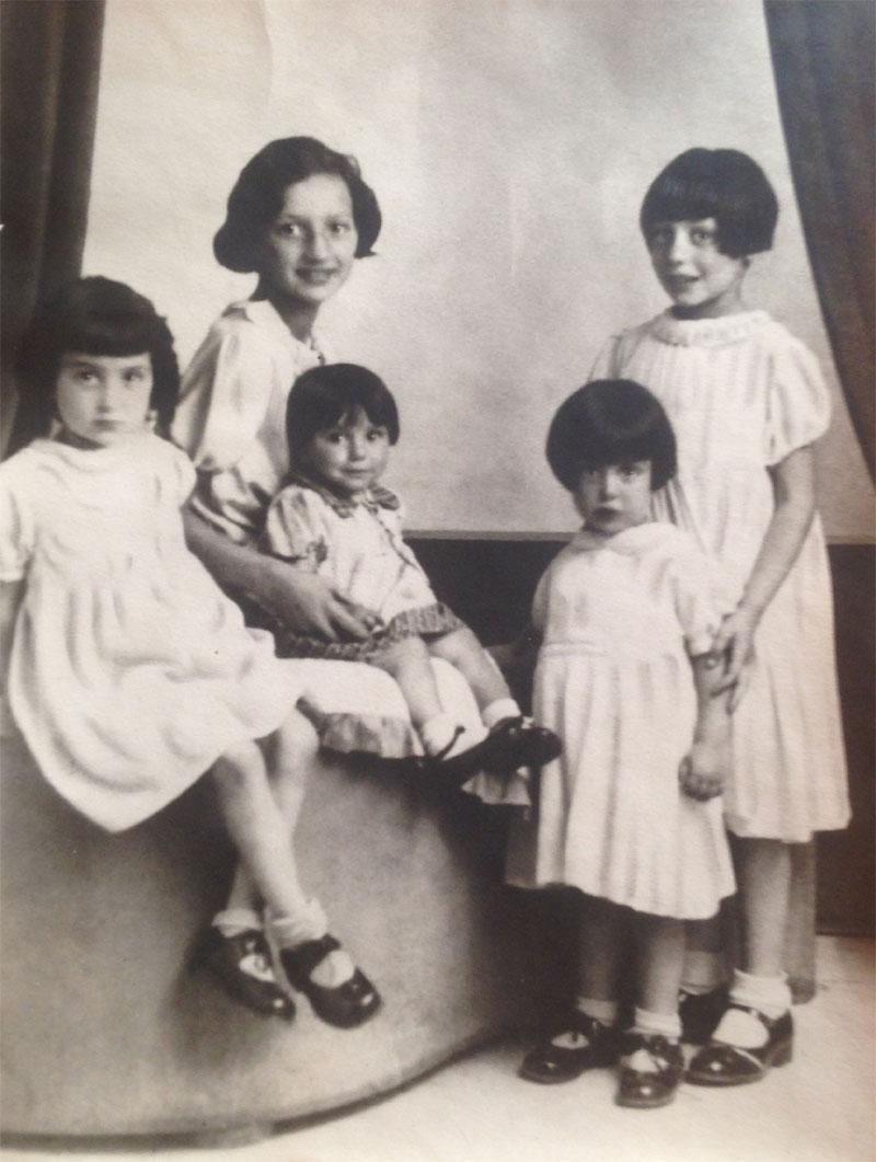 Annie Bacharach met haar kinderen.